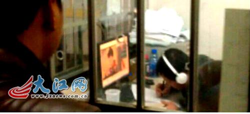 戴耳机听音乐看电视剧 网友爆料江西省中医院窗口服务差图片