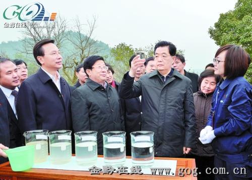 12月4日,胡锦涛主席在花溪十里河滩湿地公园水质监测点,察看花溪河水质。