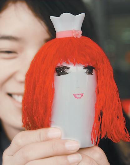 这个很萌的小娃娃是用废弃化妆品瓶制成的.