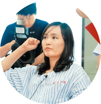 张丽莉在病榻上宣誓入党高清图片