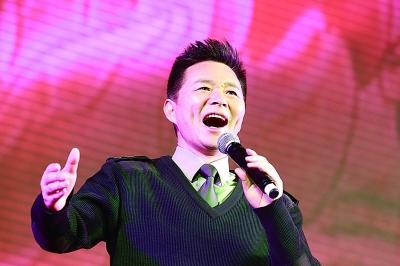 王宏伟演唱歌曲《可爱的一朵玫瑰花》