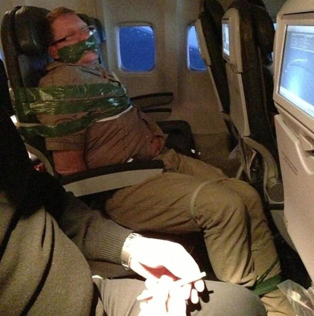 发酒疯的男子被绑在飞机座椅上,嘴巴被胶带封了 ...