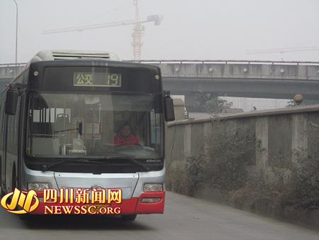 路公交站的起始点——天仁路站,整段路耗时12分钟.   记者随高清图片