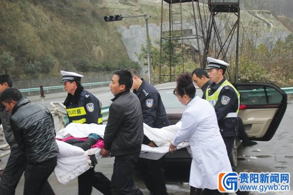 兰海高速堵车10余小时 警车高速逆行救出孕妇