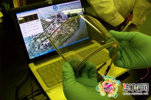 中科院重庆研究院专家展示7英寸石墨烯触摸屏,可以随意卷曲。记者 李辉 摄