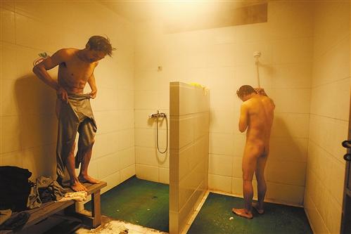 军人洗澡正面图片图片