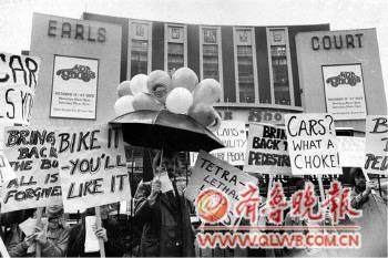 """环保组织""""地球之友""""在一场车展开幕前集会,要求遏制汽车尾气污染."""