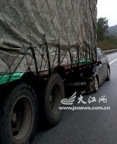 厦蓉高速上小车追尾大货车 车内四人跳车逃生