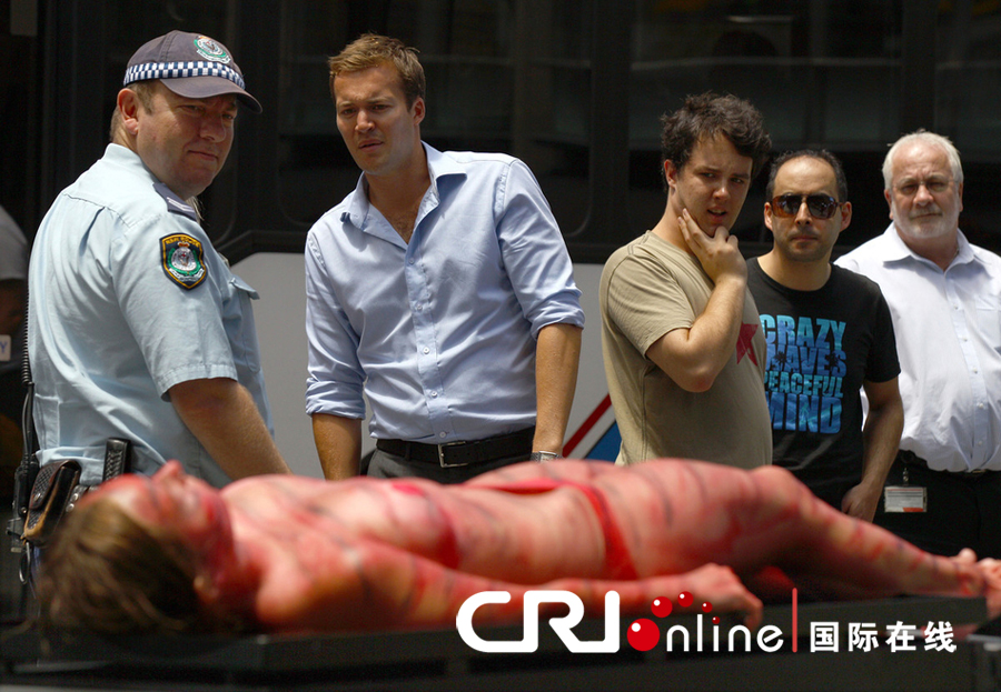澳大利亚美女裸躺烧烤架上