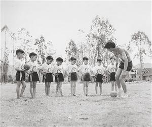 1983年,梅县业余体校的教练给儿童学员上基础课,从小培养孩子对足球的兴趣。