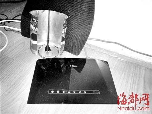 信号放大器套到无线路由器天线内,确实能稍微增强信号-易拉罐做放图片