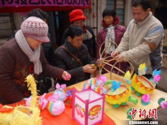 民俗艺人传承非物质文化遗产 现场制作手工花灯