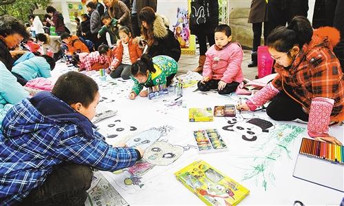 """""""何佳奇来自谢家湾小学,一直喜欢画画的她,听说动物园将组织小朋友为"""""""