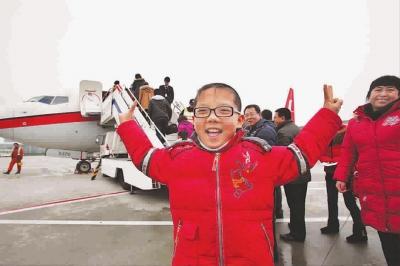 跟着父母首次坐飞机的10岁小男孩既紧张又兴奋