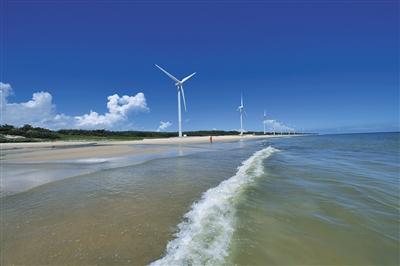 如亚龙湾,三亚湾,海棠湾等开发最成熟,星级酒店云集,前来度假的游客