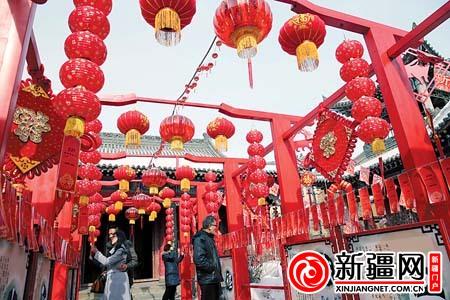 2月23日,在乌鲁木齐文庙,市民正在猜灯谜.