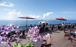 悬崖海岸上的咖啡亭