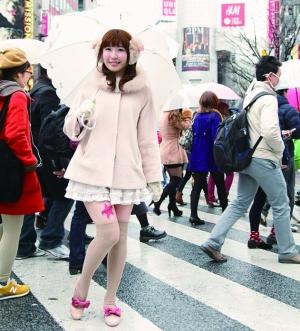 日本广告贴在少女美腿上