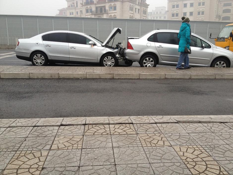 北京冻雨致道路湿滑 机场高速50余辆车连环追尾