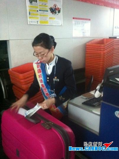 值机托运行李 摄影:魏斌