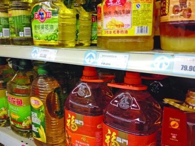 超市里食用油品种丰富.  王亚楠  摄图片
