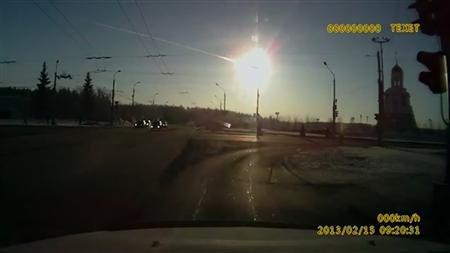 俄罗斯民众拍下的陨石坠落场景。