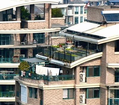 """南瓯景园10幢的楼顶雨棚被改建成了""""私家花园"""".钱鹏鹤/摄"""