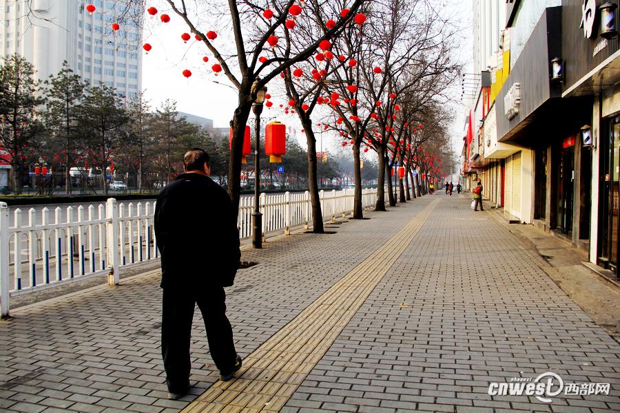 随着大量外来务工人员返乡过春节,各大街道上的人流急剧下降,图为长安