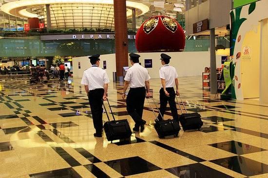 新加坡航空公司的机组人员很帅气.-新加坡空姐的裙装与众不同