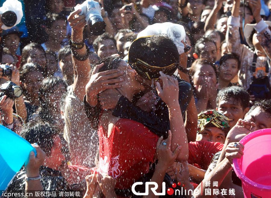 印尼巴厘岛举行 接吻节 青少年也可亲吻异性(高