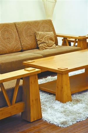 竹结构的茶几与沙发扶手配上白色地毯,优雅中多了几分活泼的味道.