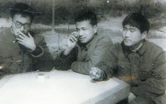 李克强(中)在合肥逍遥津公园与朋友合影。