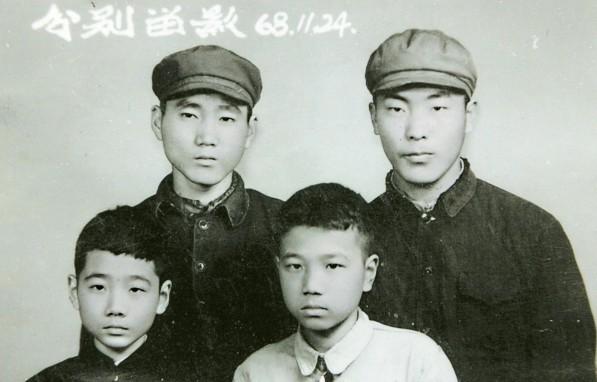 1968年,李克强(前排右)与好友李皋兰(后排左)送朋友下乡时的合影。