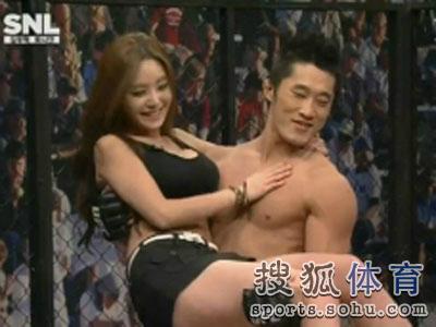韩举牌女郎遭选手公主抱
