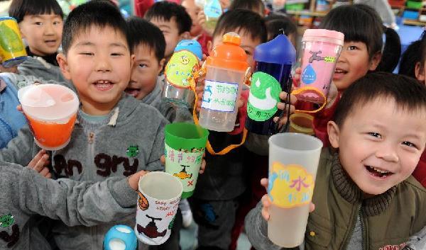 3月22日,西园新村幼儿园的小朋友在制作节水标签。当日是世界水日,合肥市三里庵街道竹荫里社区在西园新村幼儿园开展节约用水从我做起宣传活动。小朋友们在老师的指导下制作了节水小标签并贴在自己的小水杯上,提醒自己在生活中节约用水,保护水资源。新华社记者刘军喜摄