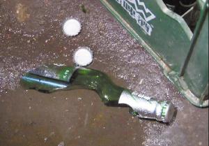 爆裂的啤酒瓶-食客开啤酒 酒瓶爆炸伤了嘴和手