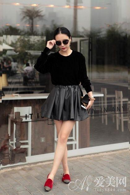 搭配tips:黑色毛衣+黑色皮革短裙