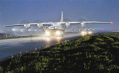 随着昼间飞行最后一架飞机着地