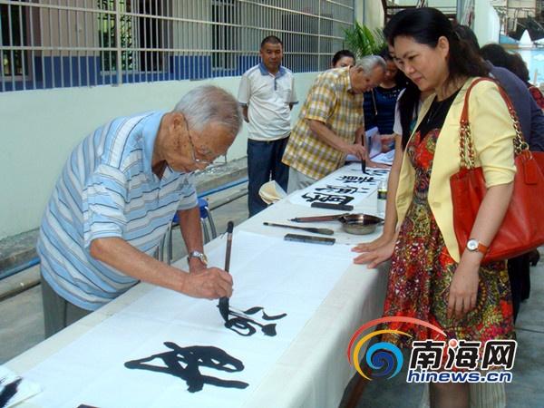 艺术家们现场作画(南海网记者刘丽萍摄)-三亚候鸟书画家 送文化 进