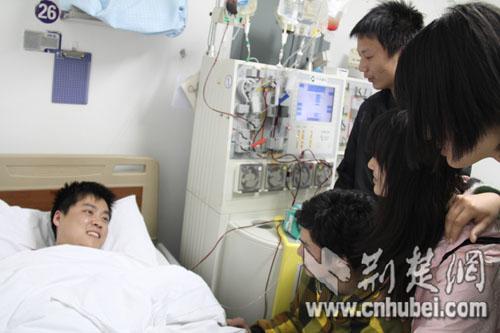 师生看望正在采集干细胞的王萌