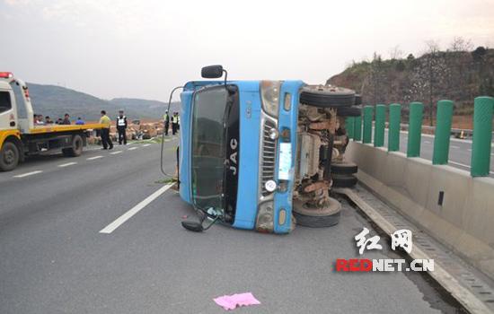 (刹车失灵,货车侧翻在高速路上.