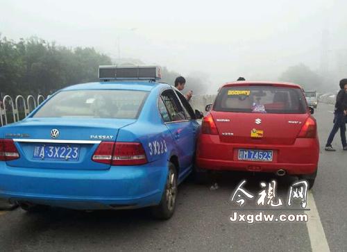 两辆汽车因大雾能见度不高发生剐蹭高清图片