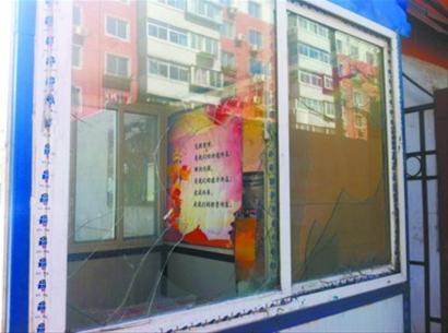 院门口保安室的前后玻璃均被砸碎