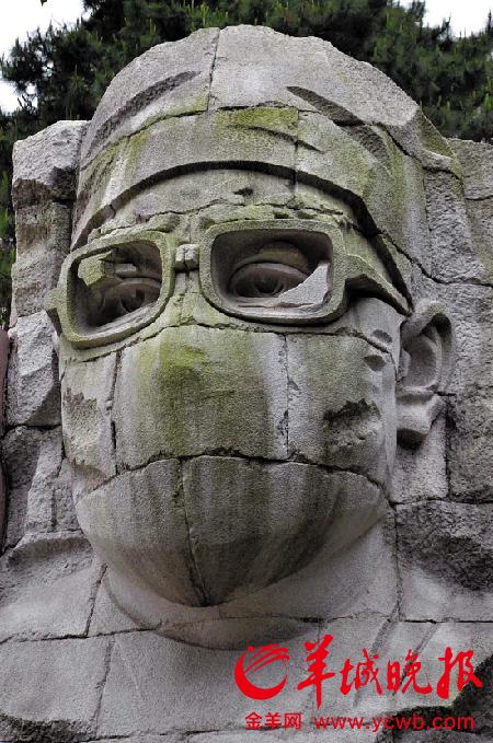 """""""保卫生命""""组雕坐落在广州雕塑公园内 羊城晚报记者 朱文海 摄"""