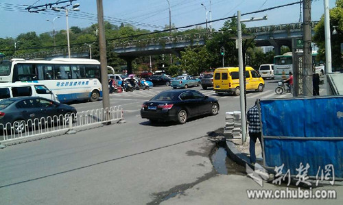 记者现场拍到有车占用非机动车道超车
