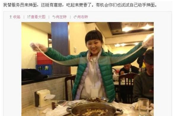"""日前,14岁的童星林妙可在微博中发布了一张照片,并称""""我替服务员来"""