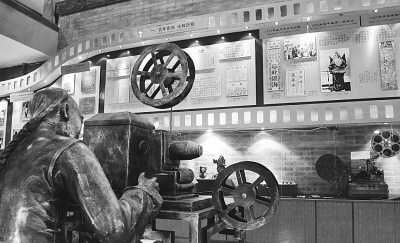 大观楼影院大厅的旧时放映员雕塑