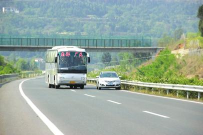 高速路突降高压线 逼停满载大巴车