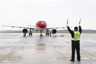 一架东航空客320型飞机从池州九华