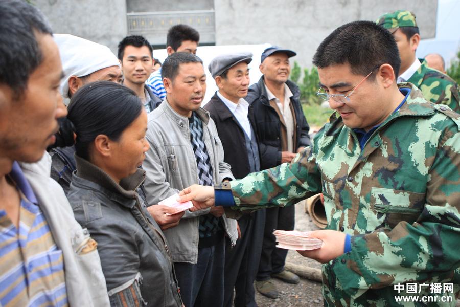 4月21日,陈光标向每个村民发放现金200元。(中广网前方报道组陈江南摄)